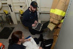 elektrycy przy pracy z programem do instalacji